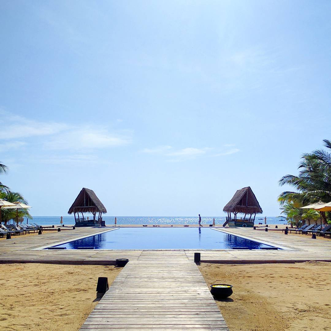 Honeymoon destination Sri Lanka - gorgeous views of the pool by the ocean