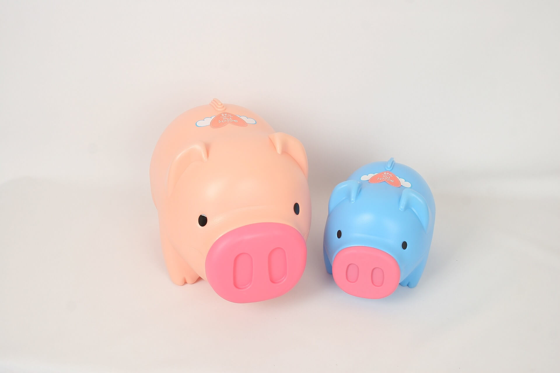 Money saving tips for maternity leave - piggy banks